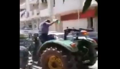 بالفيديو.. مزارع تركي يشعل النار في جسده أمام بنك حكومي بسبب الديون