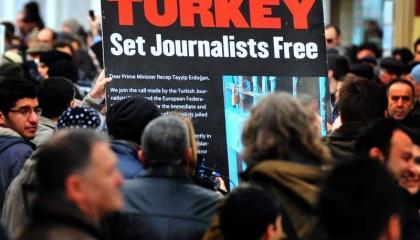 معاناة الصحفيين الأتراك تستمر خلال يناير: اعتقال 5 ومقاضاة 29 والسجن لـ 3
