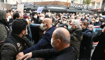 الشرطة التركية تعتدي على نائب حزب الشعب الجمهوري في احتجاجات إزمير