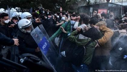 بالسحل والضرب الشرطة التركية تعتدي على مسيرة احتجاجية في أضنة