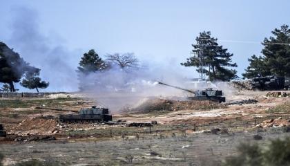 القوات التركية تقصف طريق حلب وتستهدف سيارات مدنيين قرب عين عيسى
