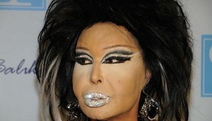 مطربة تركية متحولة جنسيًا تقبل زميلها على الهواء.. والجمهور: «سكرانة» (صور)