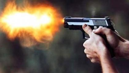 فيديو صادم.. مواطن تركي يُجبر طفلة على إطلاق النار