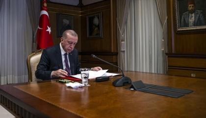 أردوغان يناقض نفسه.. يتهم فرنسا بالعنصرية ويمدح ماكرون عبر الفيديو كونفرنس!