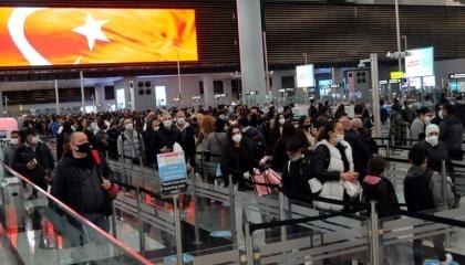زحام شديد بمطار إسطنبول على الرغم من حظر التجوال