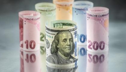 الليرة التركية تتراجع أمام الدولار في افتتاح تعاملات الأسبوع