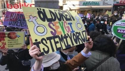 بالصور: «لا نريد حبًا يقتلنا».. شعار المرأة التركية في مسيرات حاشدة بأنقرة