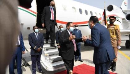 بصحبة وزراء من حكومته.. رئيس الحكومة السودانية يصل القاهرة