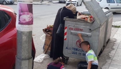 زوجان تركيان يبحثان عن بقايا الطعام في القمامة!