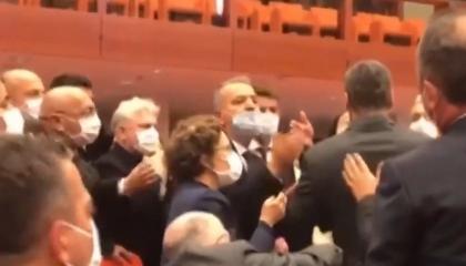 فيديو| نائب العدالة والتنمية يسحب جرجرلي أوغلو من قميصه لطرده خارج البرلمان