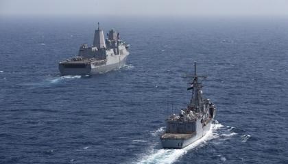 البحرية المصرية والأمريكية تنفذان تدريبًا عابرًا بقاعدة البحر الأحمر
