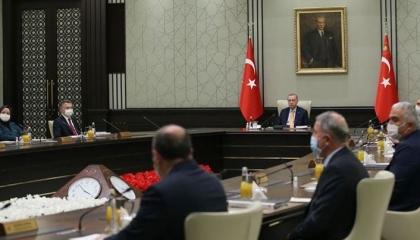 كاتب تركي: العدالة والتنمية يتعرض لـ«تسونامي» سيغير 6 أو 7 وزارات