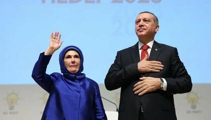 فيديو: أمينة أردوغان تطلب الابتعاد عن زوجها خشية كورونا وحزبه يحتشد!