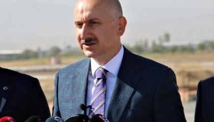تركيا تعلن استعدادها للمساعدة في تعويم السفينة الجانحة بقناة السويس