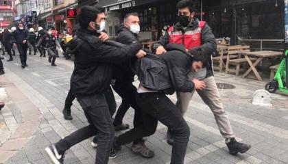 الشرطة التركية تعتدي على عازف كمان تضامن مع طلاب البوسفور