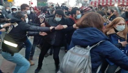 بالسحل والضرب.. دفعة اعتقالات جديدة تضم 35 طالبا من جامعة بوغازيتشي التركية