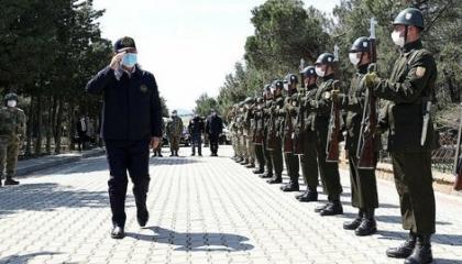 وزير الدفاع التركي يتفقد قوات الكوماندوز في جزيرة غوكتشه أدا