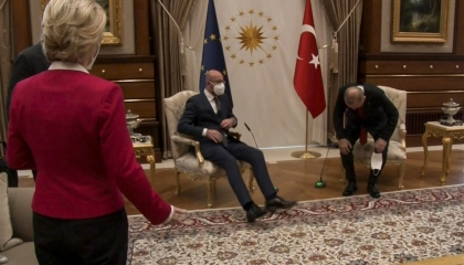 بعد مرور شهر.. تركيا تتهم قيادات الاتحاد الأوروبي في واقعة «فضيحة الأريكة»
