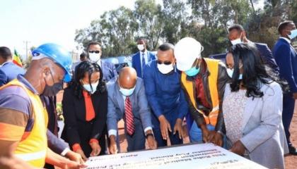 أبي أحمد يضع حجر الأساس لمركز طبي بالعاصمة بتكلفة 300 مليون دولار أمريكي