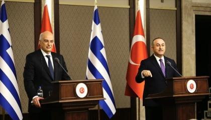 اتهامات «لايف»!.. حرب كلامية بين وزيري خارجية اليونان وتركيا أمام الصحفيين