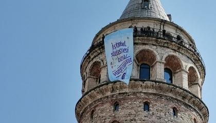 تركيات يعلقن لافتات ضد الانسحاب من معاهدة إسطنبول المناهضة للعنف: لن نتراجع