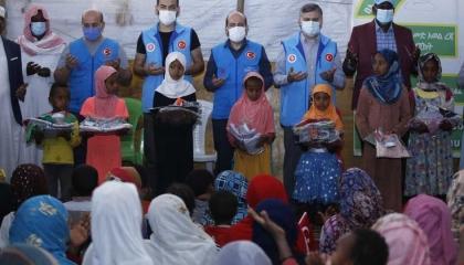 وقف «ديانت» التركي يقدم هدايا لأطفال أثيوبيا في أديس أبابا
