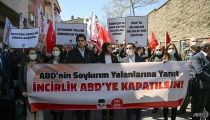 أتراك ينددون باعتراف بايدن بإبادة الأرمن أمام السفارة الأمريكية