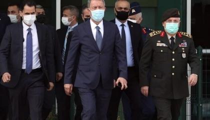 وزير الدفاع التركي يطير إلى طرابلس برفقة رئيس الأركان