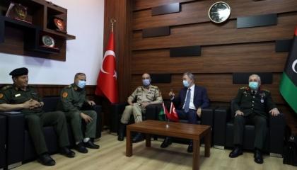 وزير الدفاع التركي يلتقي رئيس الأركان العامة الليبي في طرابلس