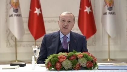 أردوغان يظهر في نهار رمضان وبجانبه كوب من المياه