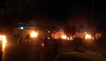 متظاهرون يضرمون النار في القنصلية الإيرانية بالعراق.. شاهد الفيديو