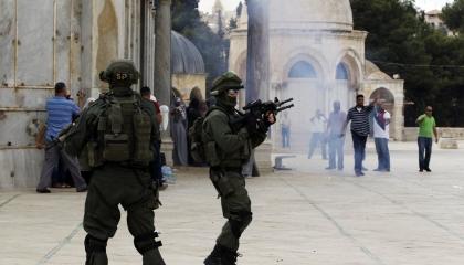 تجدد الاشتباكات في باحات الأقصى وإصابة مئات الفلسطينيين