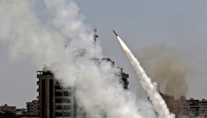 غزة تطلق 15 صاروخًا على ديمونة جنوب إسرائيل