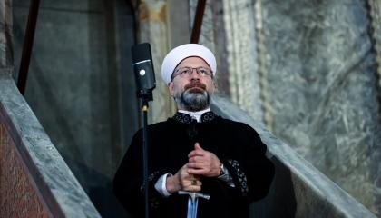 علي أرباش يعتلي المنبر بالسيف والجبة السوداء: «لنتكاتف من أجل الأقصى»