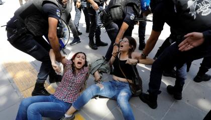 الشرطة التركية تعتدي بالضرب على سيدتين في ذكرى مذبحة «سوروتش»