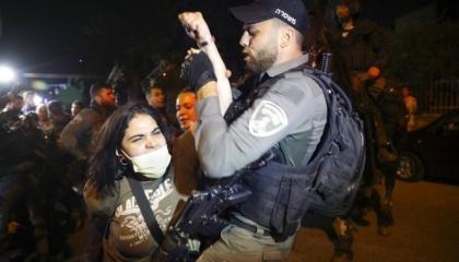 بالرصاص الحي.. مستوطنون إسرائيليون يطاردون أهالي حي الشيخ جراح