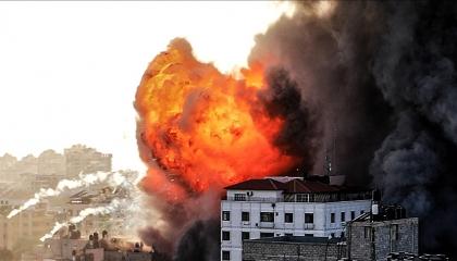 غارة إسرائيلية تدمر برجًا يضم مكاتب إعلامية وشققًا سكنية في غزة