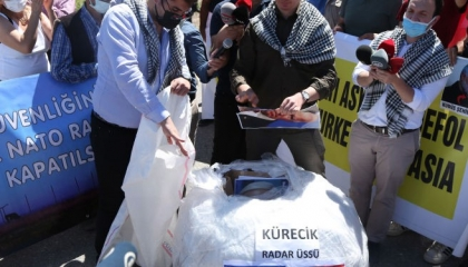 وقفة احتجاجية لحزب «الوطن» التركي داعمة لفلسطين أمام قاعدة تابعة للناتو