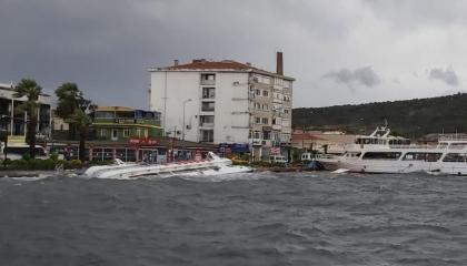 بالفيديو.. عاصفة شديدة تضرب مدينة باليكسر وتتسبب في غرق 20 قاربًا