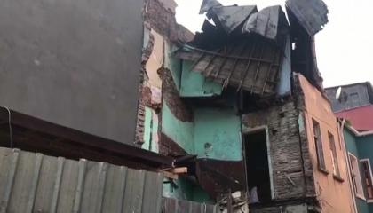 انهيار المباني يتوالى في إسطنبول.. سقوط مبنى خشبي مكون من 4 طوابق