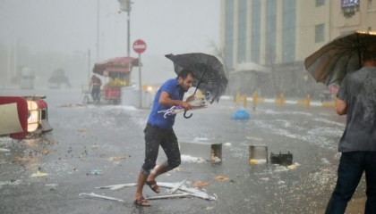 عاصفة تضرب تركيا وتدمر مراكب الصيادين وتغرق 20 قاربًا