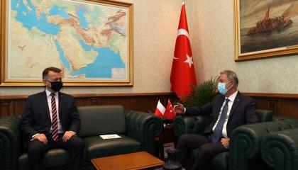 وزير الدفاع البولندي يشيد بالمسيرات التركية في مؤتمر صحفي مع نظيره التركي