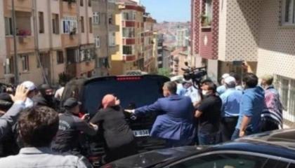 غضبوا بسبب مشروع على حديقة الحي.. أتراك يعتدون على موكب رئيس بلدية إسطنبول