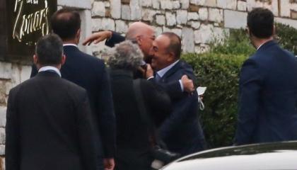 وزير الخارجية اليوناني يعرض مساعدة بلاده في إطفاء الحرائق التركية
