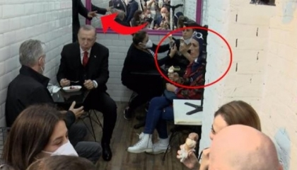 في متجر آيس كريم: حارس أردوغان يحذر مواطنة من وضع «رجل على رجل» أمام الرئيس