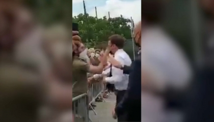 بالفيديو| مواطن يصفع ماكرون خلال جولة جنوب شرق فرنسا