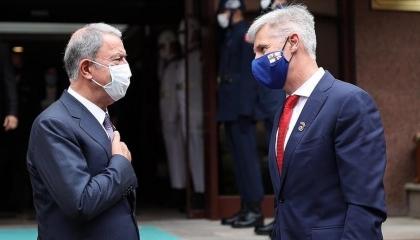 وزير الدفاع التركي يبحث مع نظيره اللاتفي سبل التعاون بين البلدين