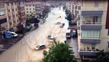 بالفيديو.. الأمطار تشل الحركة في العاصمة التركية أنقرة