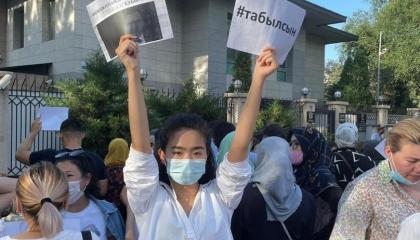 تركيا تختطف مواطنًا قيرغيزيًا والاحتجاجات مستمرة أمام السفارة التركية