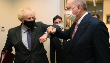 بالصور.. أردوغان يلتقي رئيس الوزراء البريطاني في بروكسل